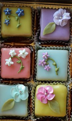 Petit Cake 9 Assorted Box with flower variety
