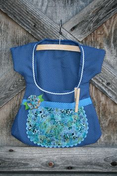 Blue Apron Clothespin Bag - vintage and repurposed Sewing Class, Sewing Box, Sewing Aprons, Sewing Clothes, Sewing Hacks, Sewing Projects, Clothes Clips, Sewing Machines Best, Clothespin Holder