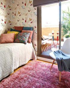 Keltainen talo rannalla: Makuuhuoneita ja paljon punaista