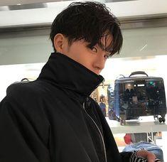 The man starts at 28 years old. Starting tomorrow - New Site Cute Asian Guys, Cute Korean Boys, Asian Boys, Asian Men, Cute Guys, Korean Boys Ulzzang, Ulzzang Boy, Korean Men, Beautiful Boys