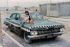 """Niña arriba de un Chevrolet Bizcayne de 1959  conocido como: """"el taxi un cocodrilo"""" Satelite Mexico, Old Dodge Trucks, Taos New Mexico, Huntington Park, Western Caribbean, Retro Ads, Baja California, Mexico City, Old Pictures"""