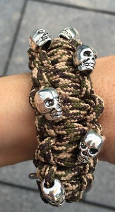 Paracord Armband mit Totenköpfen