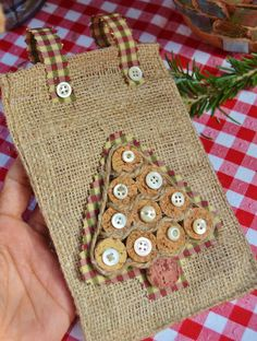 FROM The Homeless Finch: 25 Days of Christmas and Holiday Series: Day 9 - a Christmas tree made from corks on burlap (this and many more cork crafts can be found at this website)