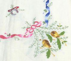 Mantel de Navidad, de Lagartera, bordado a mano, en Hilo, con un diseño típico navideño.  Una maravillosa obra de arte, mantel decorado con las campanas, el arbol de navidad y muchos otros motivos navideños que adornan este precioso mantel. 16 Servilletas Incluidas: 8 Servilletas de comedor. 8 Servilletas de Te más pequeñas.  Recomendamos lavar a 30º para evitar demasiadas arrugas. Se puede utilizar legía de color.  Mantel bordado en España que puedes comprar en www.lagarterana.com