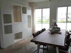 Wandkast met vakken en veel opbergruimte. Gemaakt door Melka Interieurbouw.
