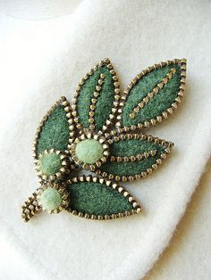 A lovely green colored felt leaf brooch embellished with pieces of brass zipper. The leaves have been hilighted with small pieces of zipper . Zipper Flowers, Felt Flowers, Fabric Flowers, Zipper Jewelry, Fabric Jewelry, Felt Brooch, Beaded Brooch, Felt Crafts, Fabric Crafts