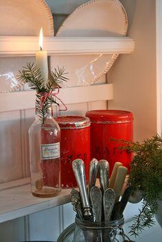 Ja jeg vet at de røde boksene har vært med nesten hele uken,hi,hi:)))Men de inspirerer så til å julepynte at her dukker den ene og...