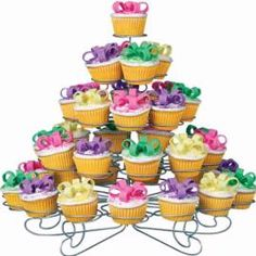Wilton Bow and Loop mini cupcakes Bow Cupcakes, Fancy Cupcakes, Wilton Cupcakes, Cupcake Tower Stand, Dessert Stand, Wilton Cake Decorating, Birthday Cake Decorating, Paper Cupcake, Cupcake Papers