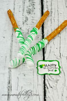 More cooking with kids fun in the kitchen with our White with Green Drizzle Candy Coated Pretzel Rods. These are super easy to make and require only 3 inged St Patricks Day Food, Saint Patricks, Pretzel Rods, Irish Culture, Creative Desserts, Rainbow Crafts, Edible Food, Chocolate Covered Pretzels, Incredible Edibles