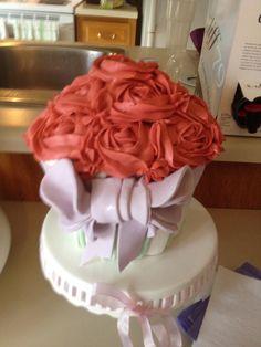 Cupcake géant avec crème aux fraises