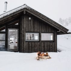 whiskandwhittle: Source IG (The Little Hermitage) Cabins In The Woods, House In The Woods, Winter Cabin, Decoration Inspiration, Love Your Home, Cabins And Cottages, Built Environment, Architecture, Logs