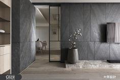 以現代風定義的 52 坪居家,原本裝潢工程已完成 95% ,但屋主對原先設計不滿意,於是毅然決定重新找大秝設計團隊進行設計,為了有效控制預算,設計師盡可能延續使用舊有部分,拋去繁複的設計手法、色彩,採用薄板岩、木質等材質,以自然肌理在空間中簡約素描,表述生活的樸和舒適質感。本次裝潢講究風格的統一與完