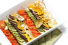 Ein super leckeres Rezept, welches schnell zubereitet ist und klasse kombiniert werden kann. Ihr könnt euch dazu Reis, Nudeln oder Kartoffeln kochen. Ihr könnt das Gemüse aber auch einfach so vernaschen. Der Fit Trio Fitnessblog wünscht euch viel Spaß beim Ausprobieren! Die Zutaten (ca. 4 Portionen)4 Tomaten 2 Zucchini 1 Aubergine 1 Paprikaschote (gelb) 2 Zwiebeln 2 Knoblauchzehen 6 EL Olivenöl Salz, Pfeffer, Oregano BasilikumDie ZubereitungDen Backofen auf 200°C vorheizen. Tomaten…