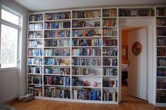 E não há vista mais linda para um bibliófilo do que uma parede praticamente feita de livros. | 17 ambientes lindos para almas que amam os livros