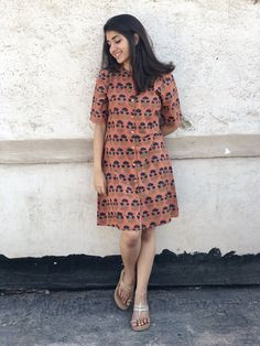 Pair it with narrow bottoms and there's your perfect work wear look. Cotton Dress Indian, Dress Indian Style, Cotton Shirt Dress, Western Dresses For Women, Frock For Women, Kurta Designs Women, Blouse Designs, Short Kurti Designs, Frock Fashion