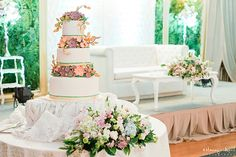 Floral Wedding Cake | Photo: Manny and April Photography