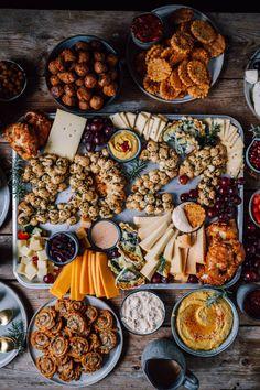 Silvester Snacks und Cheese Board: Rezepte für das Silvesterbuffet ⋆ Knusperstübchen Chili Dip, Silvester Snacks, Party Buffet, Snacks Für Party, Charcuterie Board, Buffets, New Years Eve, Finger Foods, Cheddar