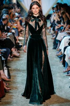 The complete Elie Saab Fall 2017 Couture fashion show now on Vogue Runway. Elie Saab Couture, Fashion Design Inspiration, Mode Inspiration, Vestidos Fashion, Fashion Dresses, Runway Fashion, Fashion Show, Trendy Fashion, Fashion Blogs