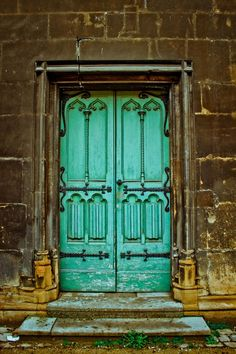 From aqua, navy, cerulean, to true-blue – what can you do with your front door? Having a blue front door will add a unique touch to y… Cool Doors, Unique Doors, Turquoise Door, Aqua Door, Mint Door, Purple Door, Vintage Turquoise, Pintura Exterior, When One Door Closes