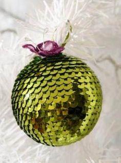 Si buscas una forma original de decorar tu árbol de Navidad, la manualidad que te proponemos hoy es lo que quieres encontrar, aprende a hacer esferas navideñas con lentejuelas y logra que tu pino se vea distinguido y brillante en estas fiestas.