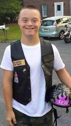 Motoristas escoltan a este chico con síndrome de Down en su primer día de escuela secundaria #viral