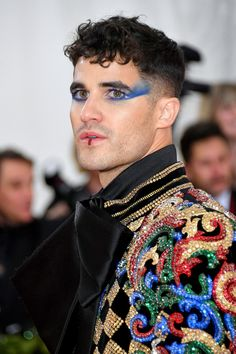 Ezra Miller& dizzying optical illusion eyes, Jared Leto& severed head and Cody Fern& extreme wet-look hair were among some of the most extraordinary men& beauty looks to cross the red carpet at the Met Gala Makeup Inspo, Makeup Inspiration, Male Makeup, Men With Makeup, Makeup Man, Men Face Makeup, Glitter Carnaval, Styles Harry, Wet Look Hair
