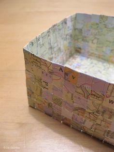 Geflochtener Korb aus alten Landkarten