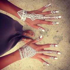 cool way to add unique style to your summer party or festival look great on holiday and for club nights too tribal boho hand makeup white out // do for every music festival, concert, it'll be glow-in-the-dark! Festival Looks, Festival Wear, Festival Outfits, Festival Fashion, Festival Style, Tribal Mode, Style Tribal, Mehndi Designs, Tattoo Designs
