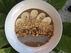 This chocolatey Sneaky Snickers Smoothie Bowl is the PERFECT healthy and energy… Breakfast Smoothies For Weight Loss, Yummy Smoothies, Smoothie Recipes, Healthy Mummy Smoothie, Meal Plans To Lose Weight, Smoothie Ingredients, Low Calorie Recipes, Smoothie Bowl, Healthy Eating