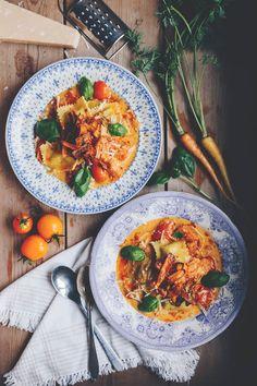 Glutenfri ravioli med tomatsås och morotsbacon
