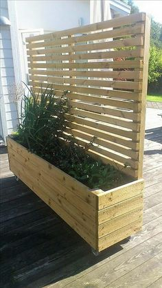 Perfect for privacy planter. Keep in mind the planting side should face the sun otherwise only shade plants will grow Perfect for privacy planter. Keep in mind the planting side should face the sun otherwise only shade plants will grow Backyard Projects, Outdoor Projects, Garden Projects, Outdoor Decor, Outdoor Wall Planters, Outdoor Living, Wood Pallet Planters, Diy Projects, Garden Tools