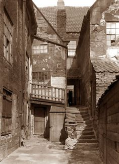 A Whitby yard, photo by Victorian Frank Meadow Sutcliffe Victorian Street, Victorian Life, Victorian London, Vintage London, Vintage Pictures, Old Pictures, Old Photos, London History, British History