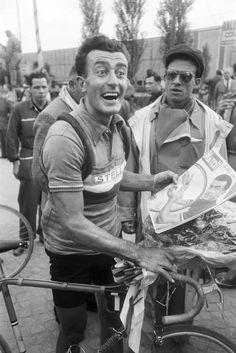 1954 12/7 rit 5 Caen > Louison Bobet a récupéré le maillot jaune gagné l'année précédente, et se découvre en couverture de Paris Match