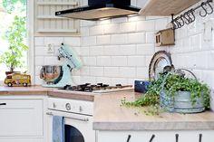 Bilder, Kök/matplats, Spis, Detaljer, Diskbänk, Lantligt - Hemnet Inspiration Kitchen Dining, Kitchen Cabinets, Scandinavian Kitchen, Interior Design Kitchen, My Dream Home, Home Kitchens, Sweet Home, New Homes, Flooring