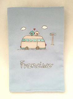 Funda de cartilla sanitaria para el pequeño Francisco. Está encantado con su autobús molón Marietis! #regalosnacimiento #paralospeques #regalospersonalizados