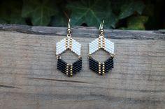 Boucles d'oreilles en perles Miyuki, couleurs noir, blanc et doré : Boucles d'oreille par comptoirdesperles