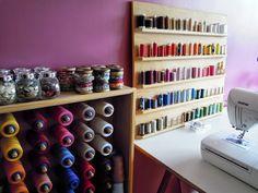 café frais: Nouveau comptoir pour le Café!!! :: J'adore ces rangées de bobines colorées.