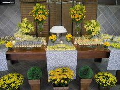 mesa decorada em amarelo de festa de 80 anos