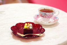 「ショコラyokan」羊羹をチョコレートでアレンジした和洋折衷スイーツ イートインの場合は、季節にあわせたトッピングでデコレーションしてくれる @Wonder Sweets KIYONAGA KYOTO