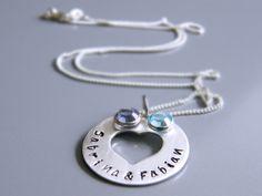 Ihr bekommt ein Medaillon, welches einen Durchmesser von 25 mm hat  und an einer Schlangenkette hängt, handbestempelt mit den Namen oder Text *Eure...