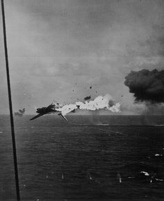 WWII - torpedo bomber exploding in mid-air after a direct hit by a shell from carrier Yorktown, off Kwajalein, Marshall Islands, 4 December Aircraft Photos, Ww2 Aircraft, Aircraft Carrier, Naval History, Military History, Kamikaze Pilots, Uss Yorktown, Imperial Japanese Navy, Foto Real