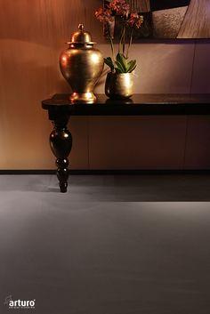 Dark Shine is een interieurstijl met gedurfde vormen, donkere tonen en een vleugje historie. Luxueuze materialen geven je een gevoel van weelde en glamour. Deze Arturo gietvloer heeft de kleur Avenue Leather. Een mooie warme kleur grijs/bruin