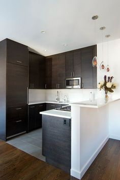 kitchen remodel ideas Not many people want to have a small kitchen. But, it does not mean that it is a nightmare to have a small kitchen. In fact, there are some advantages to hav Kitchen Cabinet Remodel, Diy Kitchen Remodel, Kitchen Cabinetry, Kitchen Countertops, Soapstone Kitchen, Kitchen Remodeling, Remodeling Ideas, Huge Kitchen, Kitchen Decor