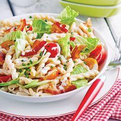 Salade de pâtes B.L.T. - Soupers de semaine - Recettes 5-15 - Recettes express 5/15 - Pratico Pratique Pasta Salad, Cobb Salad, Gourmet Recipes, Cooking Recipes, Salad Sandwich, Allrecipes, Potato Salad, Cabbage, Salads