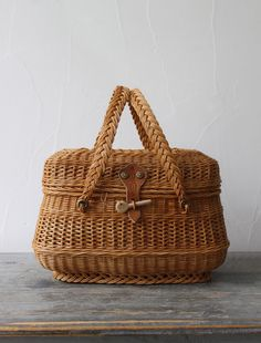 Picnic Basket Purse via Envelope Bamboo Basket, Wicker Baskets, Woven Baskets, Sisal, Nantucket Baskets, Sacs Design, Sewing Baskets, Straw Tote, Basket Bag