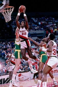 6. Clyde Drexler    22,195 Points (20.4)   6,677 Rebounds (6.1)   6,125 Assists (5.6)   29th All Time Career Points   1x All NBA 1st Team   4x All NBA 2nd/3rd Team   10x All Star   1995 NBA Champion