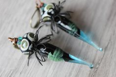 As mystical as mesmeric, these earrings will charm you with their originality on and both distinguished look both rustic. In detail, these earrings are made of down: -Spike glass Lampwork handmade glass artists French glass-and-copper with contrasting colors of black and khaki Green