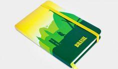 Caderno tipo Moleskine - Tamanho A6 sem pauta , com bolso interno, capa esponjada que dá uma sensação muito agradável e elástico. Ótimo presente! #souvenirbrasil #brasilsouvenir #brazilianwavesouvenir #brasil #brazilsouvenir #bwsouvenir