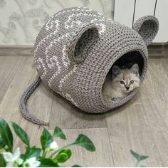 Can anything brighten a day quite like a cat houses? These 50 cat houses are small to large you crack a smile. Chat Crochet, Crochet Mouse, Crochet Cat Beds, Diy Crafts Crochet, Crochet Projects, Lit Chat Diy, Arm Crocheting, Diy Cat Bed, Cat Room
