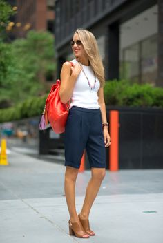 Navy bermudas give you a perfectly polished summer look, that& work appropr. Summer Wear, Cute Summer Outfits, Summer Dresses, Nyc Fashion, Fashion Outfits, Fashion Trends, Bermuda Shorts Outfit, Summer Shorts, Look Office